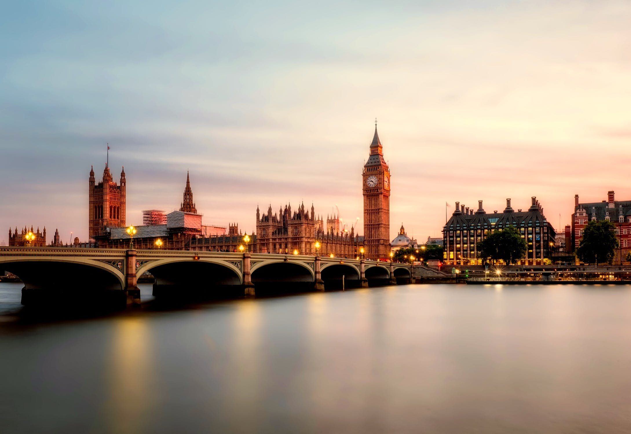 Big Ben and Westminster, the river Thames flowing under a bridge